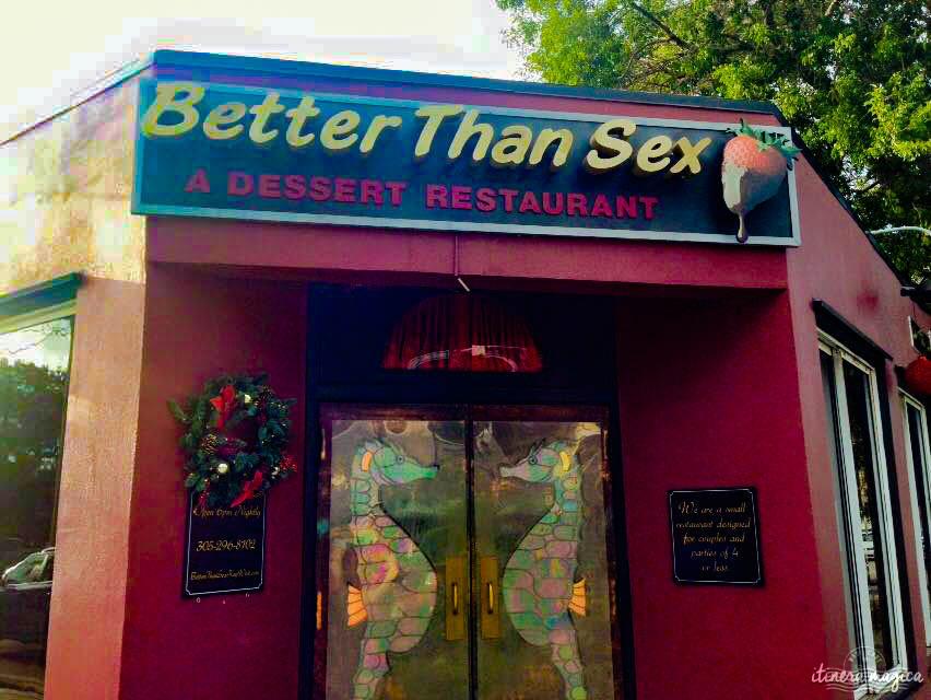 Aller à Key West Key West est à 160 miles (250 km) au sud de Miami, soit environ 3h30 de route. Il est possible de prendre un vol Miami-Key West, mais je ne vous le recommande pas : la route des Keys est une des plus belles qui soit, et toutes les villes sur la route (par exemple Key Largo ou Islamorada, toutes deux paradis des plongeurs) méritent qu'on s'y arrête. Se loger à Key West C'est le point qui blesse : se loger est horriblement cher à Key West. Pour réduire le coût des hôtels, on peut accepter de partager la salle de bain – cela fait beaucoup baisser le prix des chambres. En revanche, ne commettez pas l'erreur de prendre un hôtel très loin du centre. Key West est une ville qui s'arpente à pied et qui vaut pour son ambiance exceptionnelle, il est dommage de s'en priver. Un restaurant à Key West ? Better Than Sex ! Ce restaurant ne propose que des desserts, et ils sont à se damner. Il ouvre le soir seulement, et cultive l'atmosphère sensuelle : alcôves feutrées, serveurs dénudés, musique de film X, lumière rouge, menu décadent. C'est une orgie de chocolat, de fruits et de sucre – les meilleurs desserts que j'ai mangés de toute ma vie, et Dieu sait que j'ai de l'expérience en la matière. Pensez à réserver, le restaurant a gagné tous les prix possibles et imaginables et a un succès fou. Better Than Sex, je ne sais pas (ça dépend avec qui !), mais orgasmique, très certainement. Plus traditionnel ? A & B Lobster House, un restaurant de poissons à l'ancienne, sur le port, tout de vieux bois et avec une vue fabuleuse. Je suis homosexuel, est-ce que Key West est pour moi ? Absolument ! Parmi les destinations gay friendly, listées ici par le site le Gay Voyageur http://www.gayvoyageur.com/qu-est-ce-qu-une-destination-gay/, Key West mériterait d'être tout en haut du classement. Je suis hétérosexuel, est-ce que Key West est pour moi ? Absolument ! Key West est pour tout le monde, hétéros et homos, célibataires, couples et familles. Key West est ouverte, tolérante, cha
