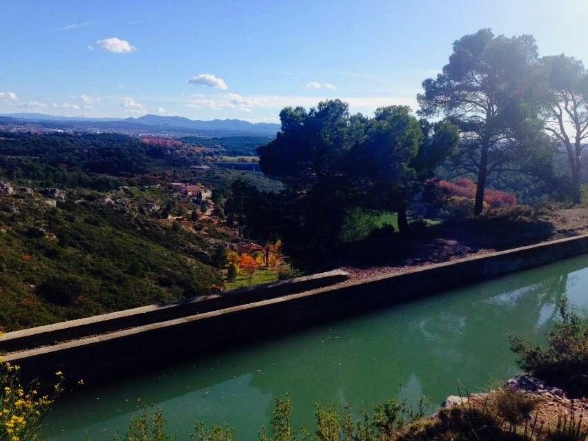 Am Äquadukt von Roquefavour, die Sicht auf das weite Tal von Aix