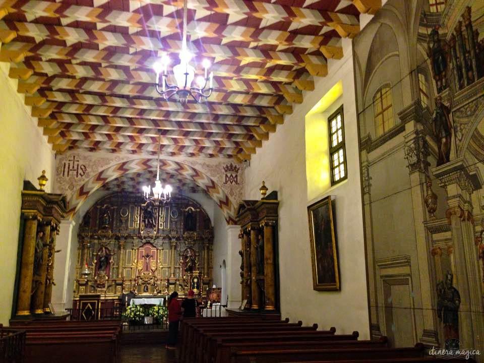 L'église de la mission. Mobilier européen baroque, toit décoré selon les techniques des Ohlone.