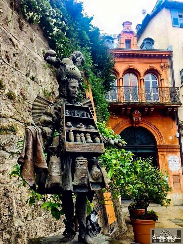 Devant le Musée international de la parfumerie, cette statue reproduit un dessin du XVIIIe: le parfumeur, homme flacon, chargé d'essences et de senteurs.