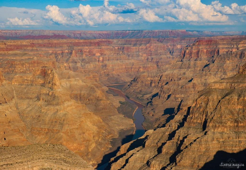 Pour tout amoureux de l'Ouest américain, l'Arizona est un rêve éveillé. Vertige des grandes espaces, folies géologiques, canyons titanesques, cactus à perte de vue, cow-boys et routes filant vers le crépuscule, tout est à la hauteur de l'imaginaire. Parcourir l'Arizona c'est entrer dans un décor de cinéma où l'horizon est infini et la vie, sans limites. Itinera Magica