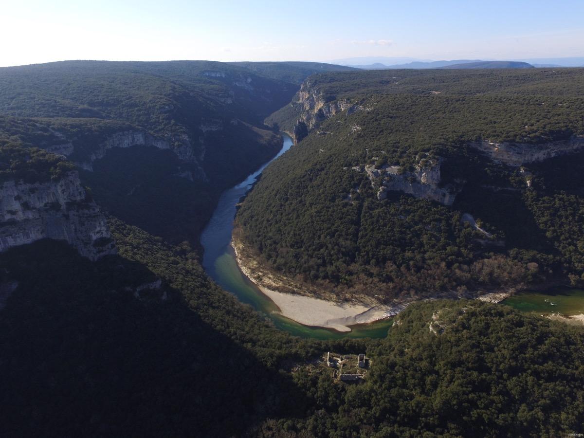 Maladrerie des templiers dans les gorges de l'Ardèche. Drone gorges de l'Ardèche