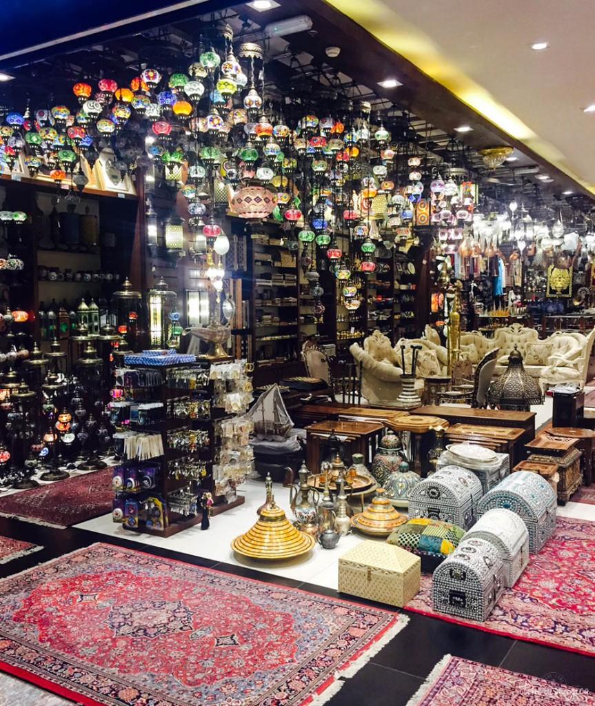 Au milieu des boutiques de grandes marques, un magasin traditionnel à l'Abu Dhabi Mall.