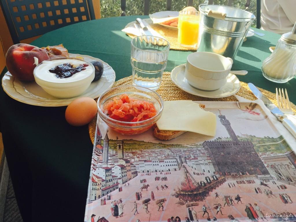A la Pensione Bencista, où nous dormons je prends mon petit déjeuner sur un plateau représentant l'exécution publique de Savonarole, par un peintre anonyme du XVIe siècle. La tarte tatin tombe sur l'incendie. Etrange.