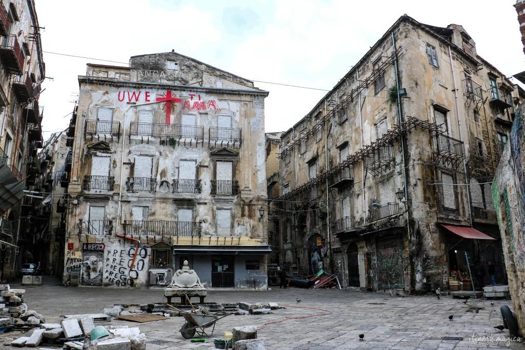 Einstürzende Bauten und Protestsprüche in den Strassen der Stadt.