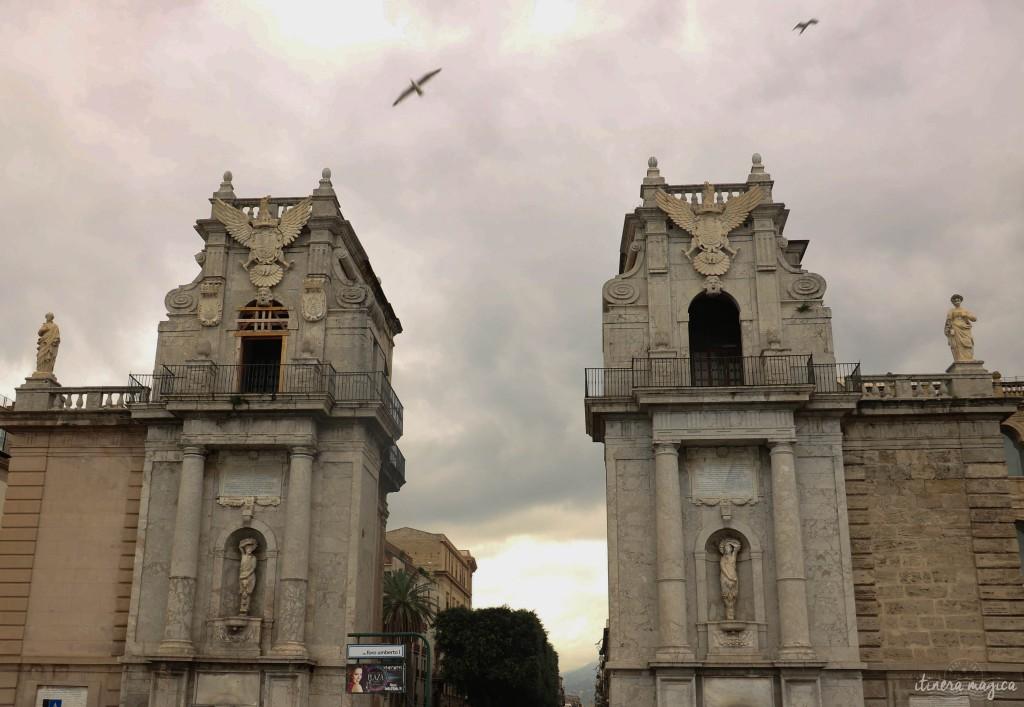 Die Porta Felice, das Tor zur Stadt, im Hafen Palermos.