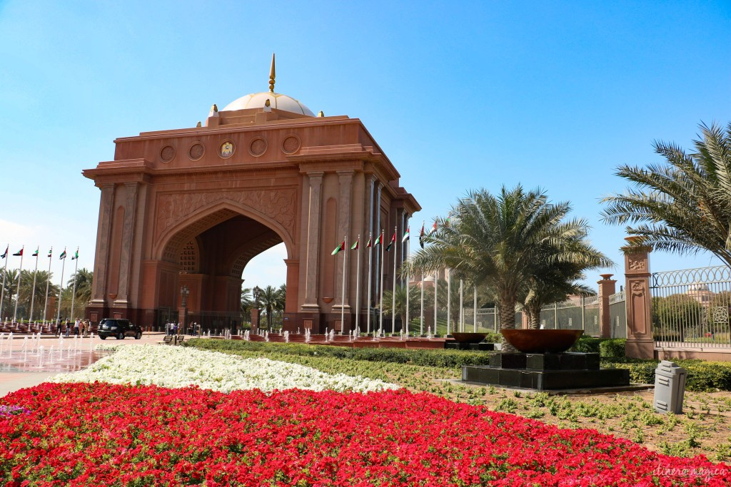 Parterre de fleurs devant l'Emirates Palace. Ses jardins sont remplis d'oiseaux.