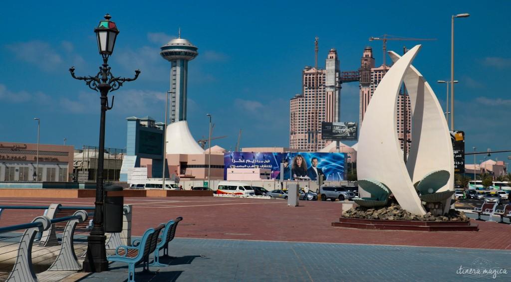 Marina Mall. La sculpture fait référence à la culture marine d'Abu Dhabi : la voile, et le coquillage contenant des perles.