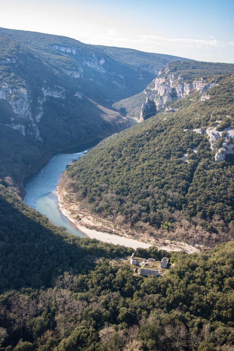 Ruines romantiques et gothiques en France : ici les gorges de l'Ardèche