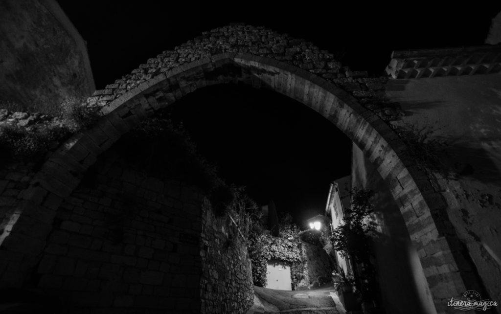 Quand la nuit tombe, Hyères est encore plus belle... Découvrez la ville du crépuscule à la nuit étoilée, dans les rues de la citadelle médiévale et au bord de l'eau.