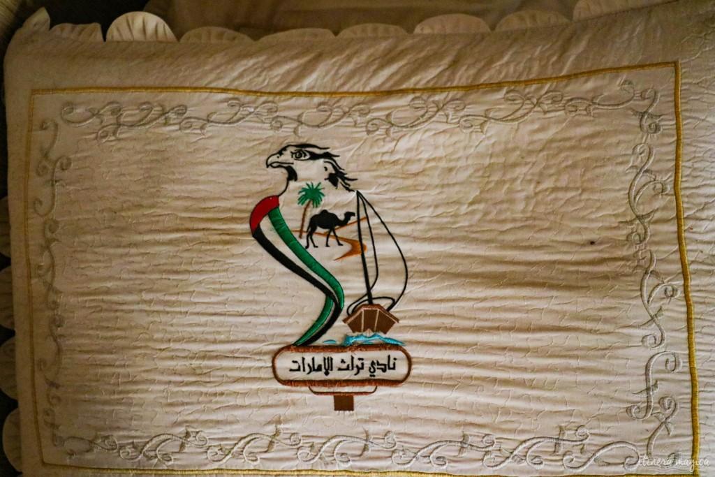 Patiemment née du métier à tisser, cette oeuvre rassemble les symboles d'Abu Dhabi : le faucon, la voile, le dromadaire, le palmier.