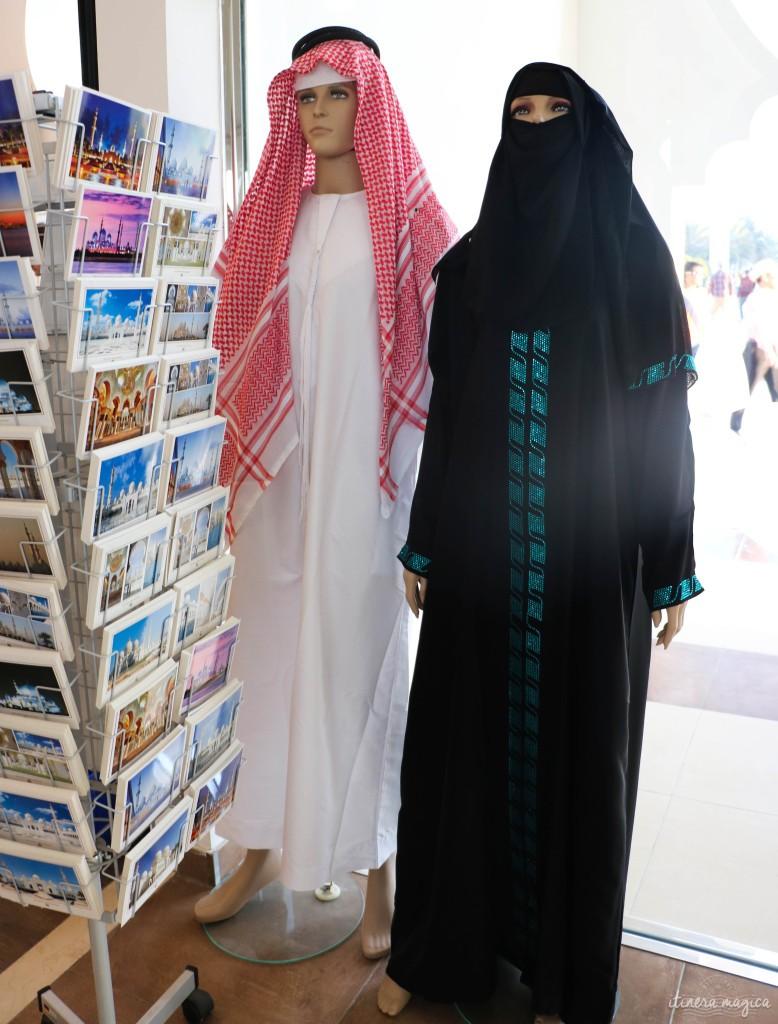 Mannequins portant la tenue traditionnelle. En réalité, toutes les Emiriennes que je vois ont le visage découvert : l'abaya couvre seulement leurs cheveux.