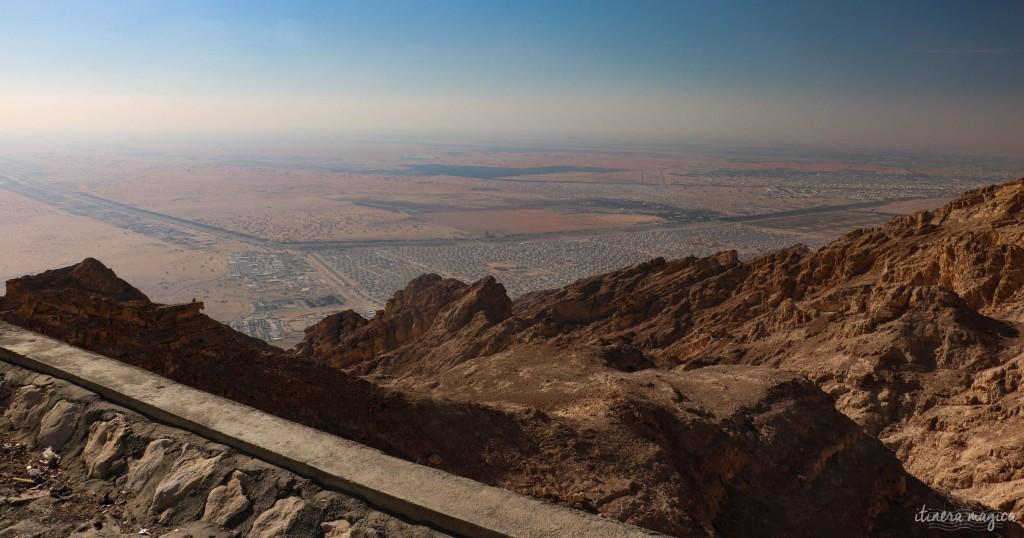 Al Ain, vue depuis la montagne Jebel Hafneet. A droite, la ville, à gauche, les sables impitoyables, l'immensité du désert.