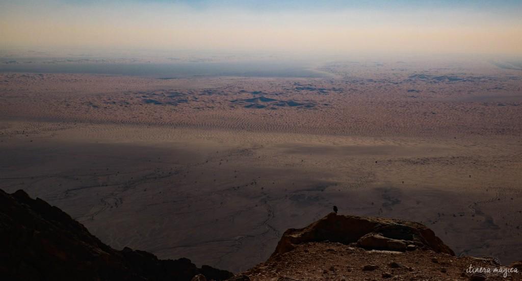 Vue surplombante sur les sables du désert.