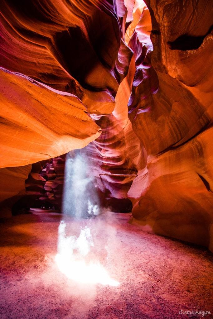Antelope Canyon, c'est une brèche de lumière au creux de dunes de sables pétrifiées, des vagues de pierre patinées par les millénaires, et qui revêtent d'extraordinaires tons d'ocre, de rouge et de pourpre. Explorez l'Arizona sur Itinera Magica