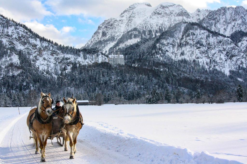 Neuschwanstein en hiver avec calèche. Que faire en Bavière en hiver ? Allemagne féerique