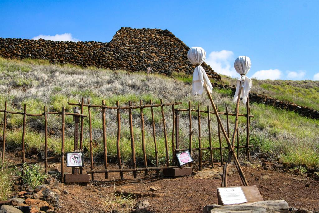 """Pu'ukohola Heiau. La croix surmontée de deux boules blanches est le symbole ancestral du """"kapu"""" ou tabou : l'interdit suprême. Autrefois, la transgression était passible de mort. Aujourd'hui, le kapu sert à signifier aux touristes qu'ils doivent rester à leur place."""