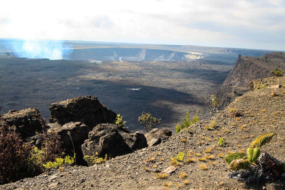Au bord de la caldeira du Kilauea. Volcans d'Hawaï.