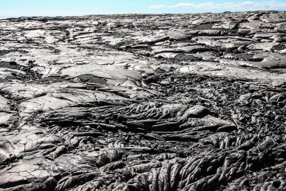Cordées de lave, comme enflammées à nouveau par le soleil à son zénith - chaleur écrasante qui monte du sol, brume et vertiges. Volcans d'Hawaï. Hawaii Volcanoes National Park