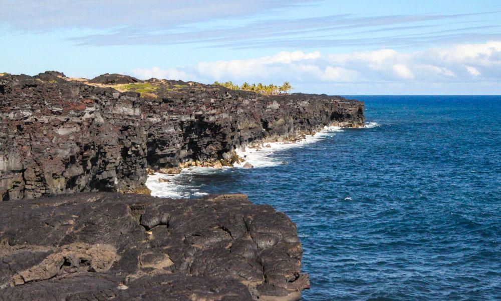 L'océan et le basalte noir des laves séchées, au bout de la Chain of Craters Road.