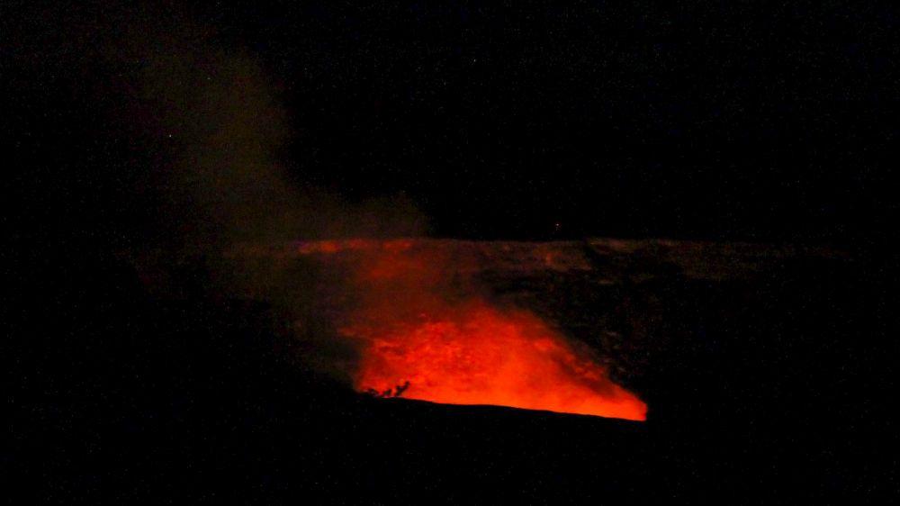 volcans d'Hawaï. Cratère du Kilauea la nuit, Halemaumau.