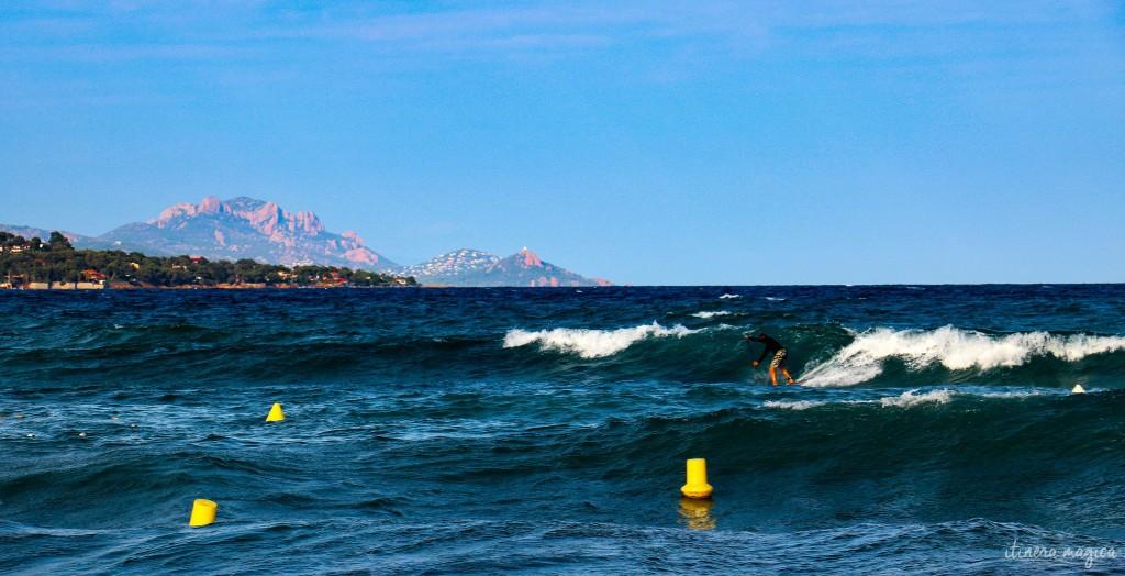 Le massif de l'Estérel, vu depuis la plage de Sainte Maxime, à une vingtaine de kilomètres de Saint Raphaël. Avec un stand up paddle surfeur (mon sport fétiche, dès que les beaux jours reviennent).