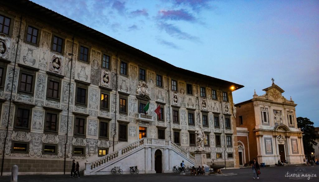 La belle Piazza dei Cavalieri, conçue à la Renaissance par Vasari, dans le soir.