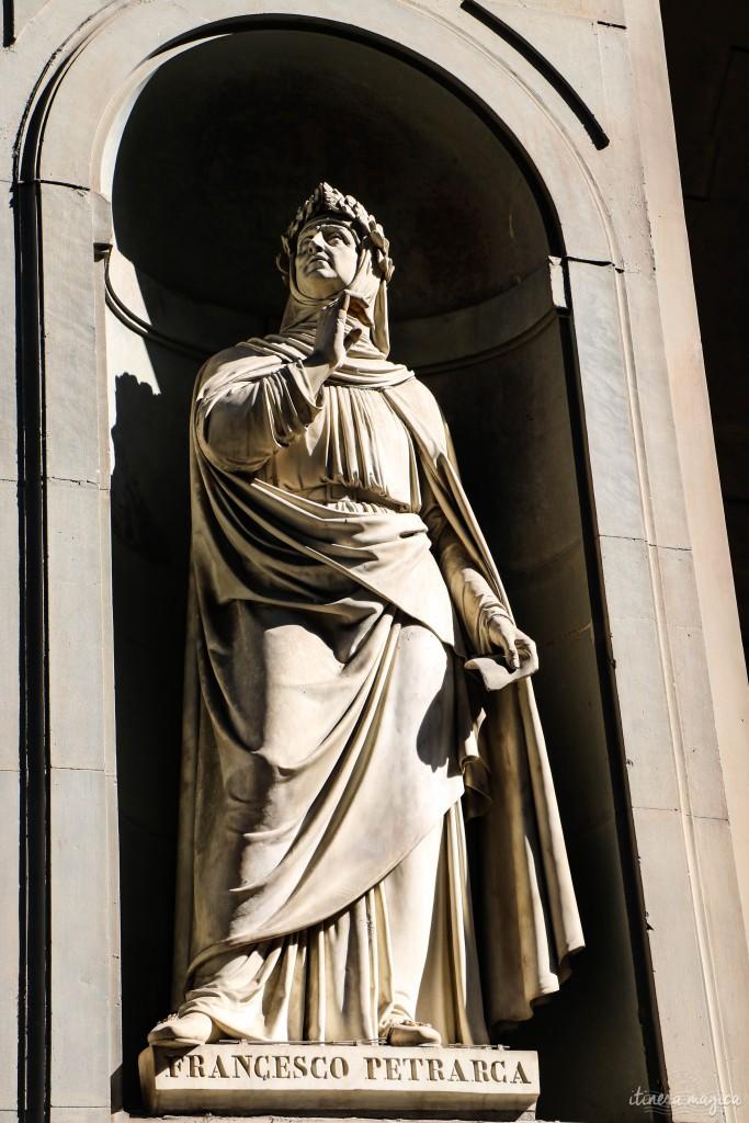 Statue de Pétrarque devant la galerie de l'Académie.