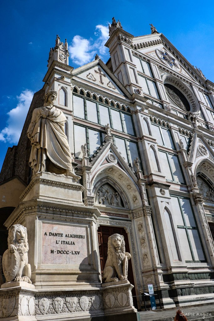 La basilique Santa Croce de Florence, avec le monument à Dante.
