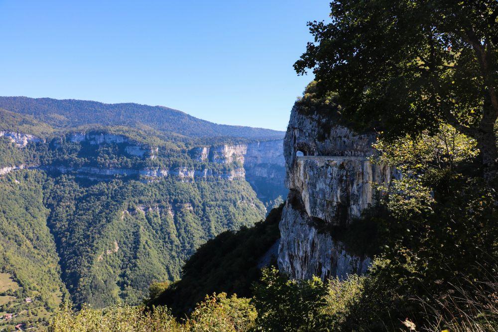 Les routes vertigineuses du Vercors, creusées à même la roche.