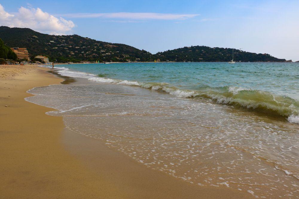 La plage de Cavalière, ou plage des Paillettes. Au fond, on devine le Cap Nègre, et la célèbre maison qui se dresse à la pointe de la péninsule.