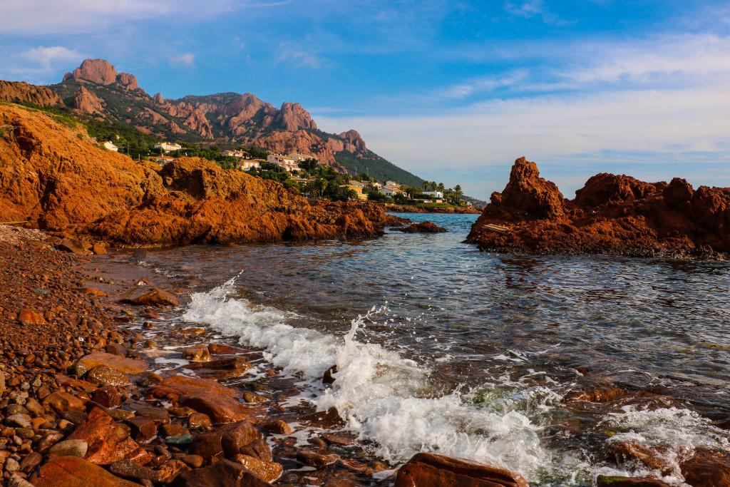 La Côte d'Azur, version western : en quittant Saint Raphaël, la Corniche d'Or est un chapelet de visions grandioses.