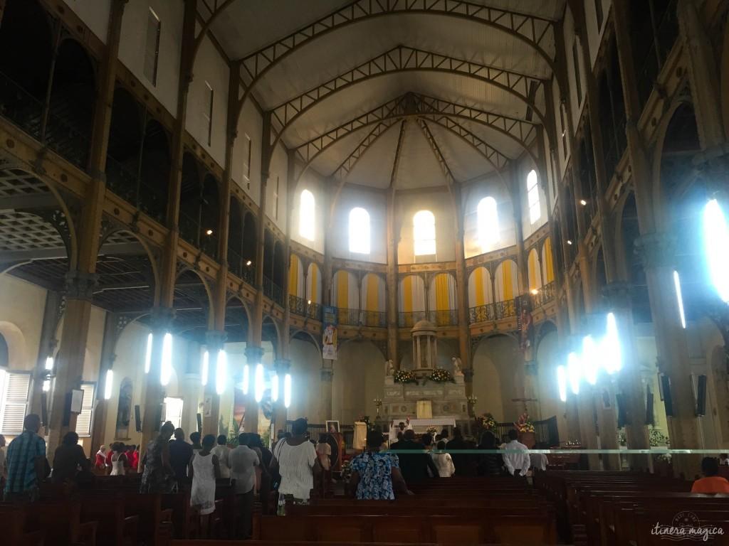"""Ce christianisme qui fut autrefois imposé de force aux Africains fait aujourd'hui partie prenante de l'identité créole. Ici, l'église Saint-Pierre et Saint-Paul, à Pointe-à-Pitre, à la voûte de métal construite dans les ateliers de Gustave Eiffel. Durant la période de l'Avent, on entend partout des chorales entonner des chants religieux - cette tradition des choeurs itinérants s'appelle """"chanté Nwel""""."""