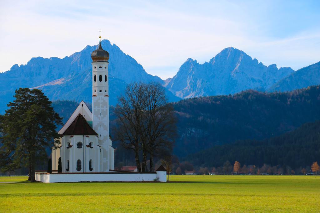 Plaines verdoyantes et églises aux bulbes baroques, le paysage bavarois typique.
