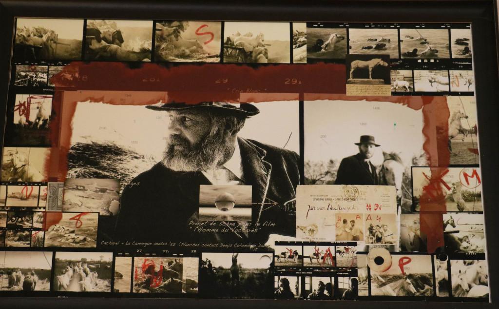 Ein Porträt von Denys Colomb de Daunant, zusammen mit seinen filmischen Leistungen, das in Cacharel an der Wand hängt. Crin-Blanc bleibt natürlich sein berühmtestes Werk.