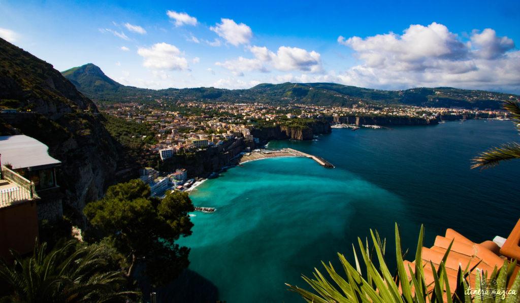 Sorrente, Amalfi, Positano : au sud de Naples court une des plus belles côtes du monde. Voyage en bord de la mer étincelante, à flanc de falaise, au coeur des villages couverts de fleurs. Positano ou Amalfi ?