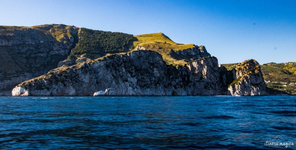 Sorrente, Amalfi, Positano : au sud de Naples court une des plus belles côtes du monde. Voyage en bord de la mer étincelante, à flanc de falaise, au coeur des villages couverts de fleurs.