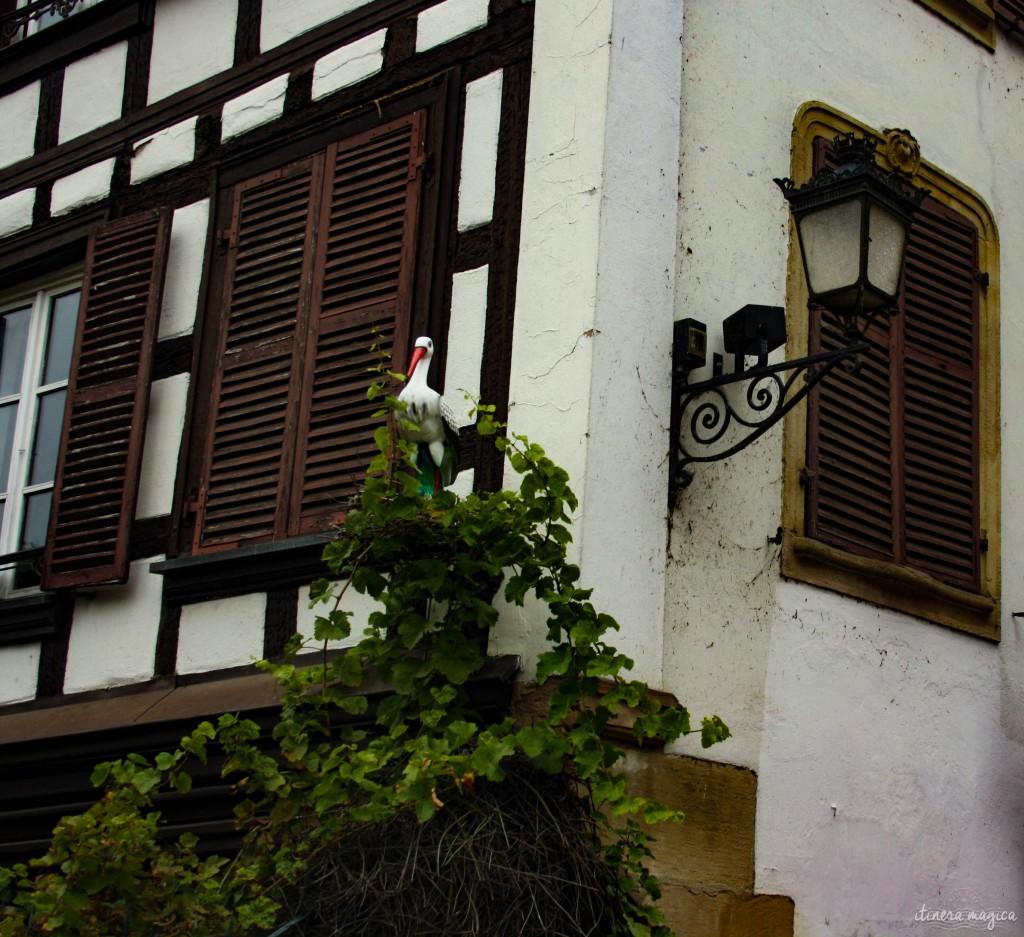 Künstlicher Storch an der Fasanenbrücke in Straßburg.