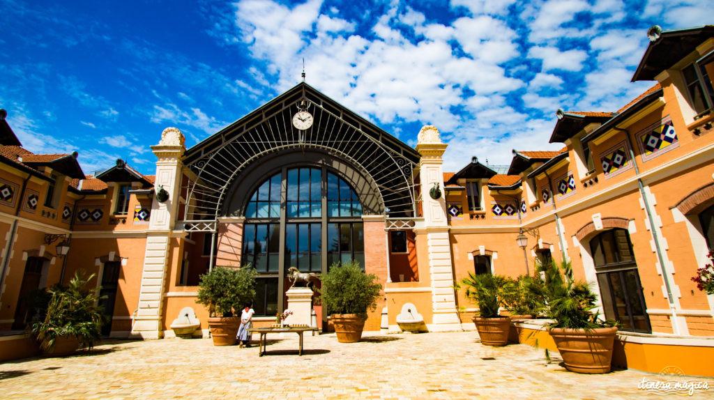 Sur les traces d'Alexis Godillot, découverte de Hyères au temps des villas et des grands hôtels, alors qu'on invente la Côte d'Azur. Jardins et fontaines, palmiers et histoires extravagantes.
