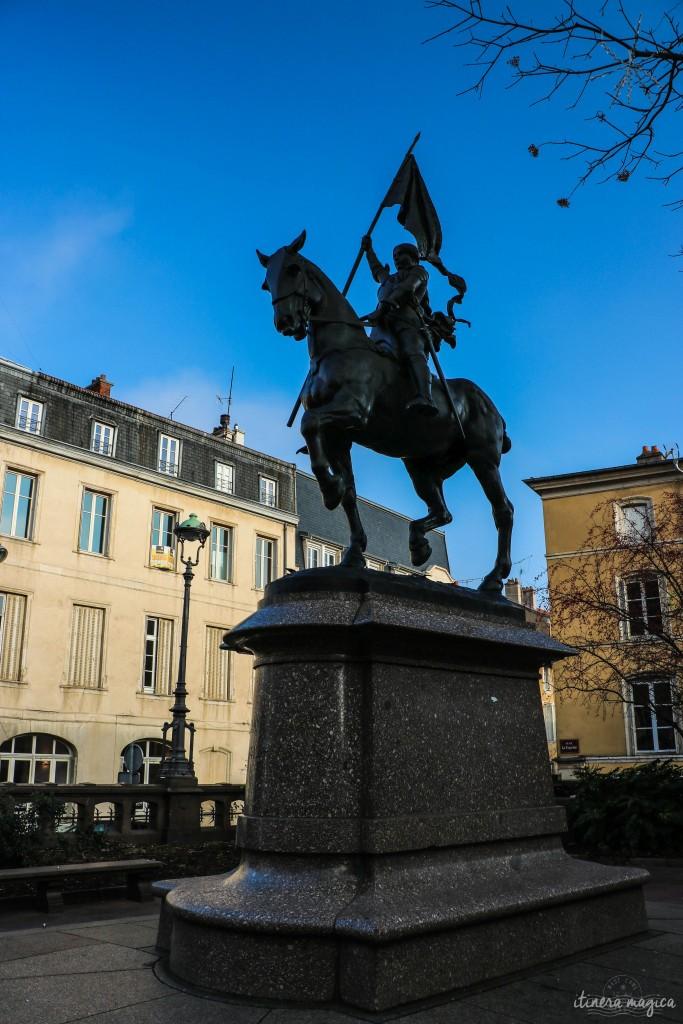 Statue de Jeanne d'Arc, dans le coeur de Nancy. Jeanne d'Arc est née à soixante kilomètres de Nancy, à Domrémy (aujourd'hui Domrémy-la-Pucelle), ville en plein conflit de loyauté entre le pouvoir temporel, lié à la France, et le pouvoir spirituel, lié au Saint Empire romain germanique. De l'équivoque des territoires liminaires émerge une des plus grandes figures de l'histoire de France... paradoxes lorrains.