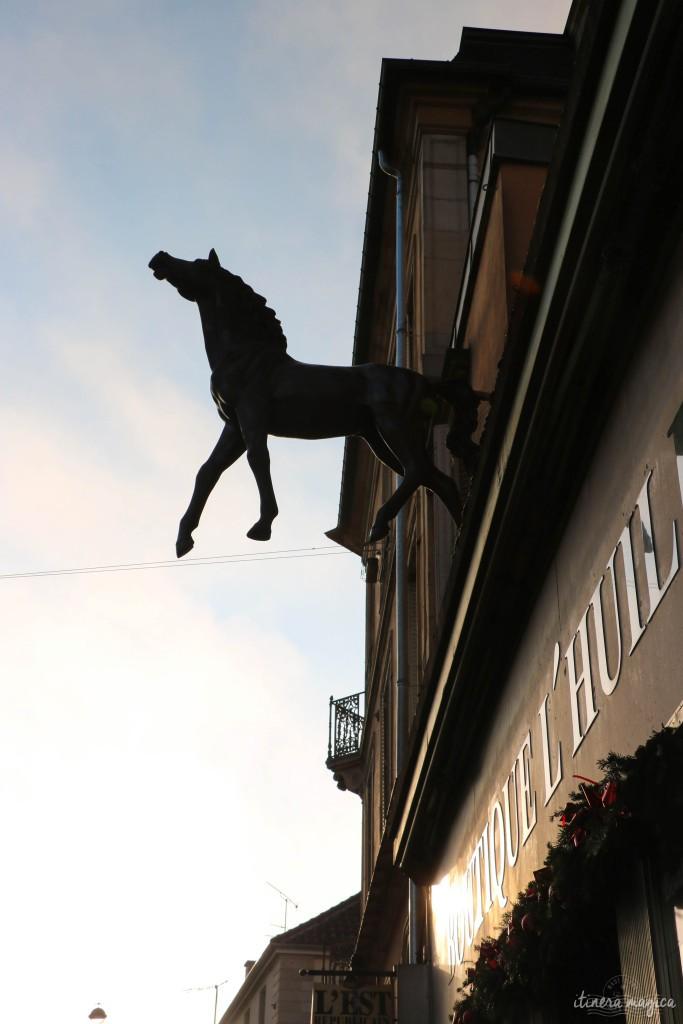 Une de mes boutiques préférées à Nancy : L'Huilier, et son cheval jaillissant de la façade.