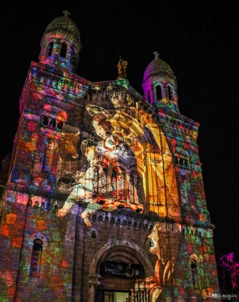Noël sur la Côte d'Azur : la basilique de Saint Raphaël illuminée.