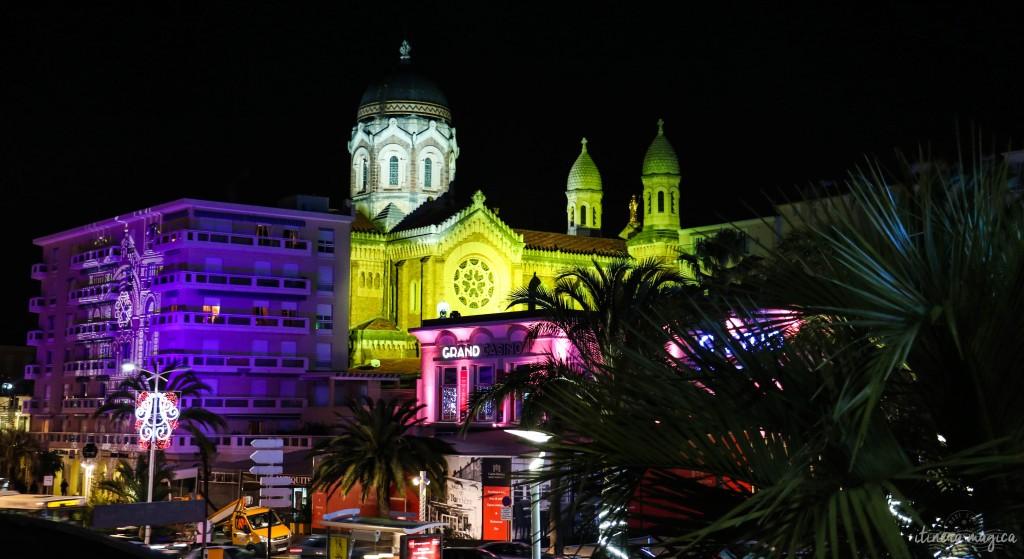 Le casino et le port illuminés, lors des fêtes de la lumière.