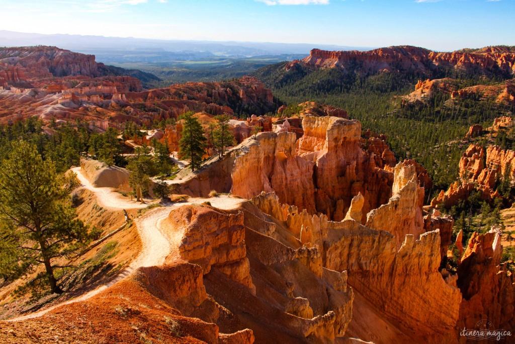 Sentiers à travers la roche rouge.