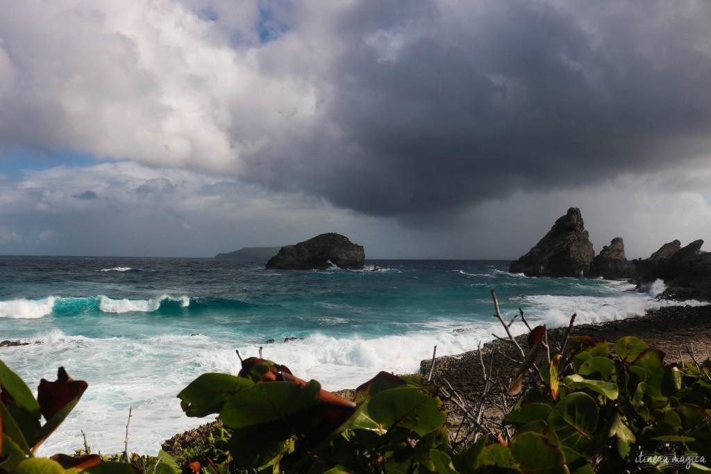 Pointe des châteaux à l'arrivée d'un nuage de pluie. Trente secondes après cette photo, une averse diluvienne s'ébattait. Trois minutes plus tard, le soleil était de retour. Les tropiques ont aussi l'extrême versatilité de la météo en commun avec la Bretagne...