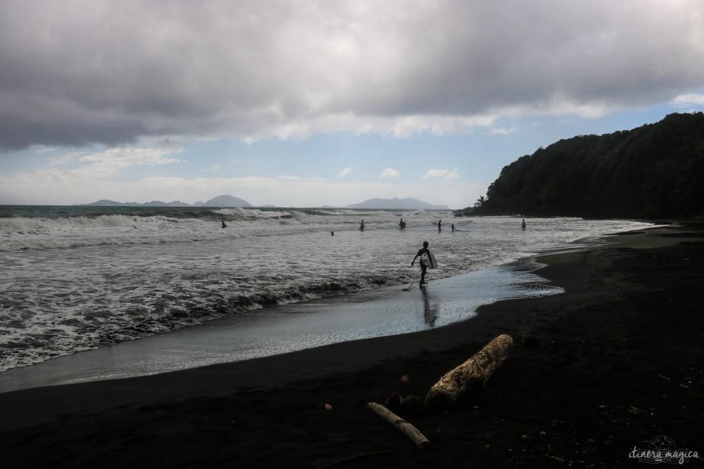 La plage de sable noir de Bananier.