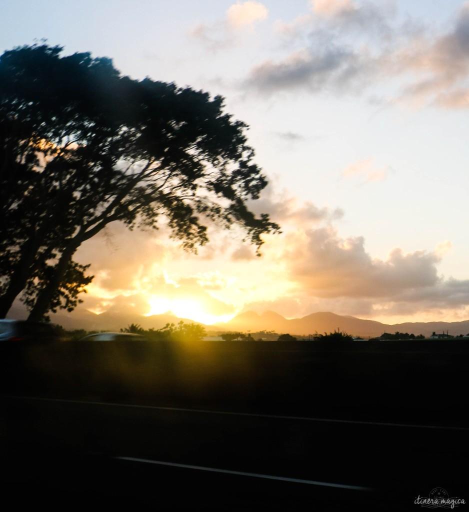 Crépuscule sur les monts de la Souffrière, capturé sur l'autoroute.