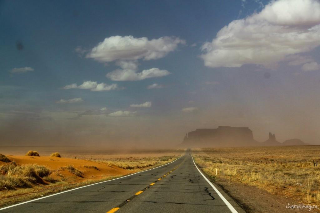 La route vers Monument Valley, en pleine tempête de sable.