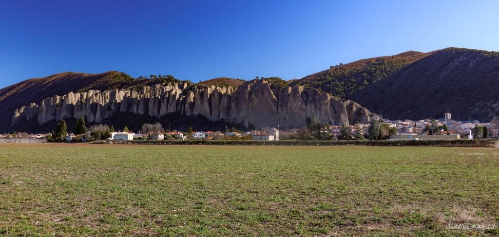 Le village des Mées, surplombé par les Pénitents.