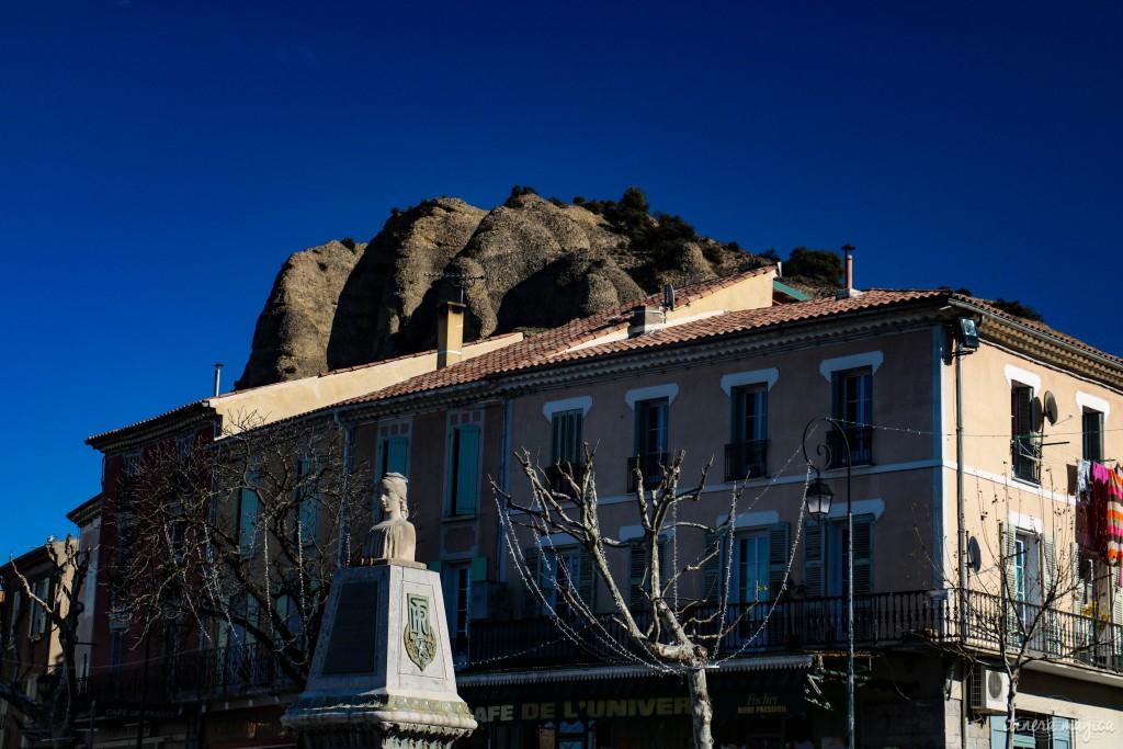 La silhouette monumentale des Pénitents se glisse derrière la place du village.